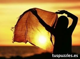 Chica con pañuelo puesta de sol