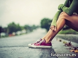Chica sentada en la calle