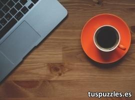 Taza de café y ordenador